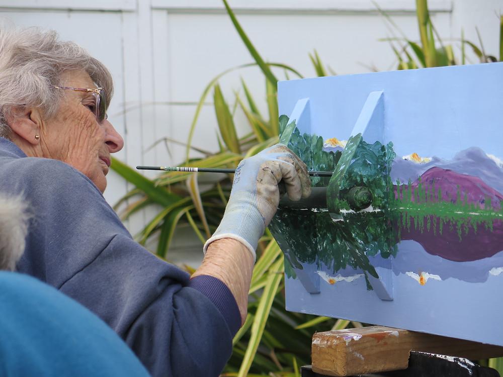 自分が好きなニュージーランドの風景を熱心に棺に描く女性(C)Kiwi Coffin Club Rotorua