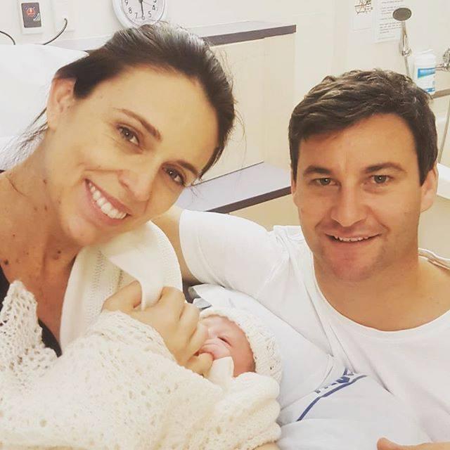 アーダーン首相のフェイスブックより。娘は、「二―ヴ・テ・アロハ」と名づけられた