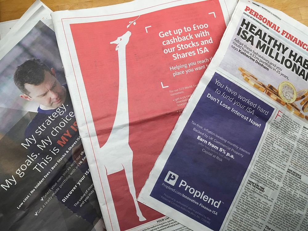 イギリスの年度末である4月5日が近づくと、新聞などの紙面にはその年のISA上限額を使いきってもらおうという金融機関の広告が毎年あふれ、人々に貯蓄について考えさせる機会ともなっている。