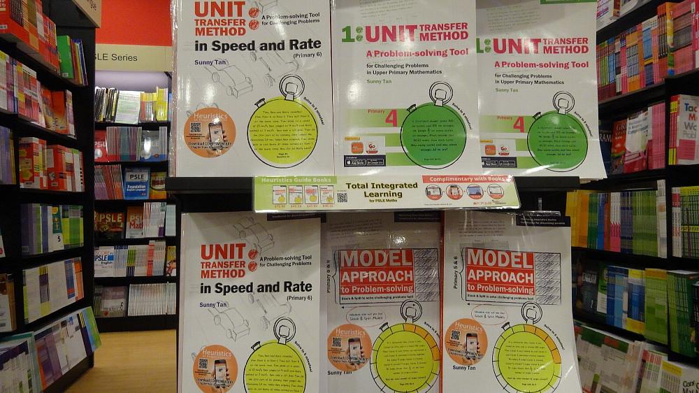 シンガポール式算数に関する参考書や問題集が数多く並ぶ書店