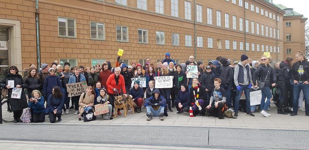 スウェーデンの国会議員のオフィス前に集まる中学生や高校生たち=Chieko Yahagi Lundberg 2019