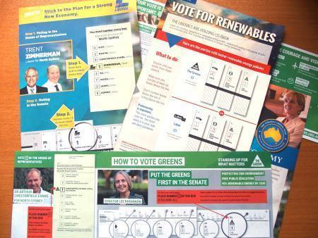 3.優先順位付けの見本を示す「ハウ・トゥー・ヴォート・カード」。各政党が投票日に配るのが慣例となっている