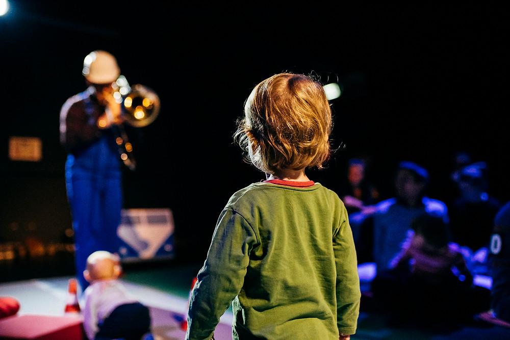 赤ちゃんでも楽しめるプログラムも用意されている。もちろん、親子で参加できる(C)Niklas Marc Meineck