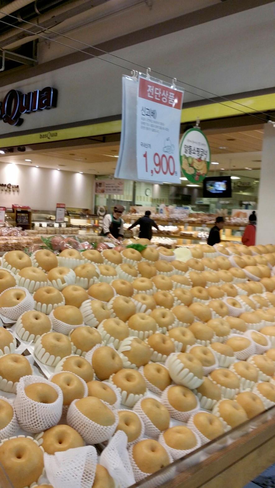 釜山市内のスーパー。自然災害の影響で青果物の高騰が家計を直撃している。
