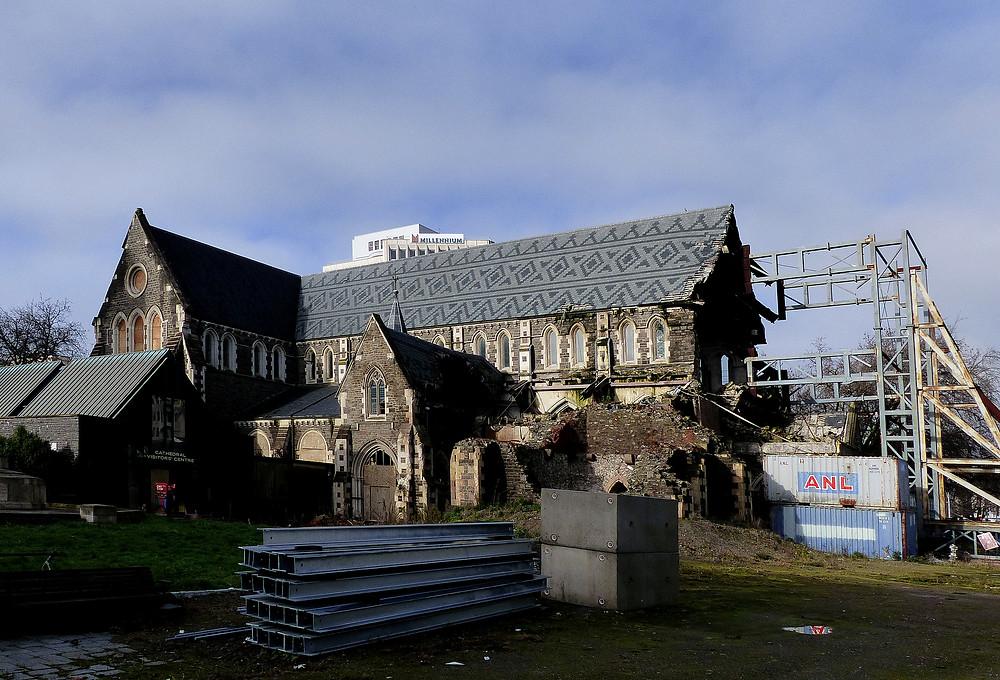 9月に再建が決まった、クライストチャーチのシンボル、大聖堂。地震など自然災害が多さも手伝って、建築業者は休む暇がない=クローディアー真理撮影