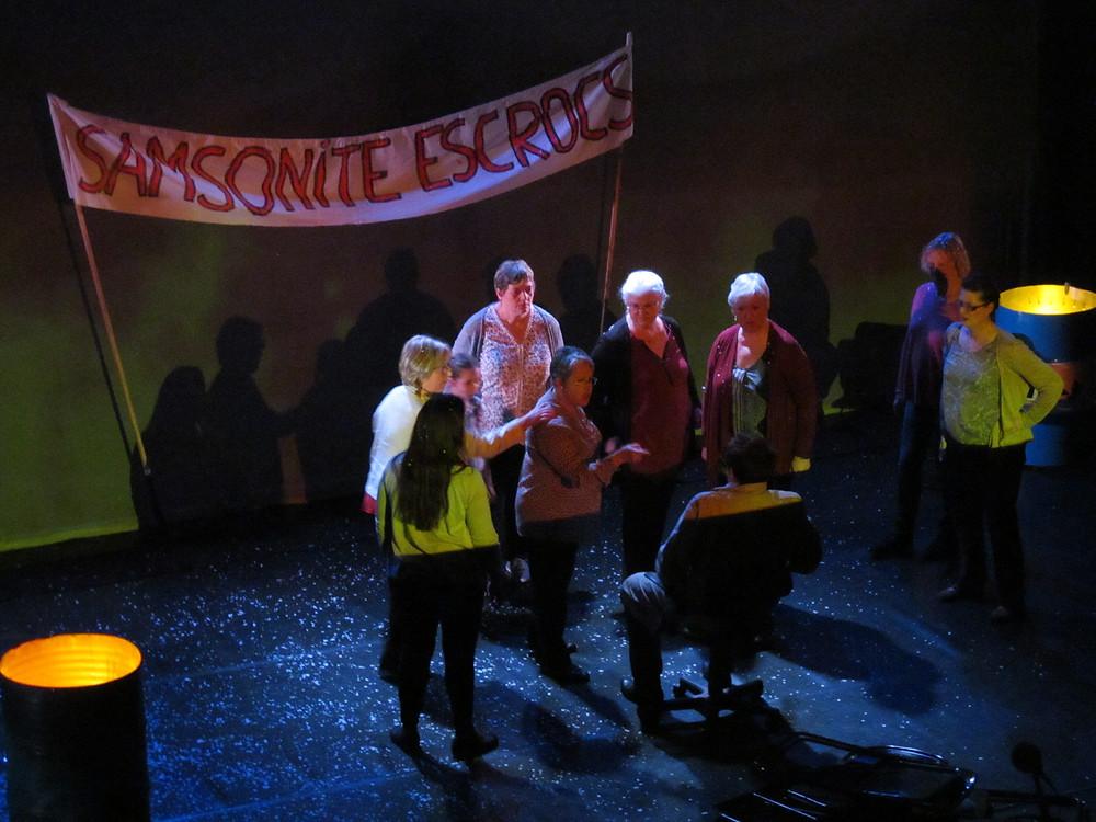 迫力の最初のシーン、横断幕には「サムソナイト詐欺師」と