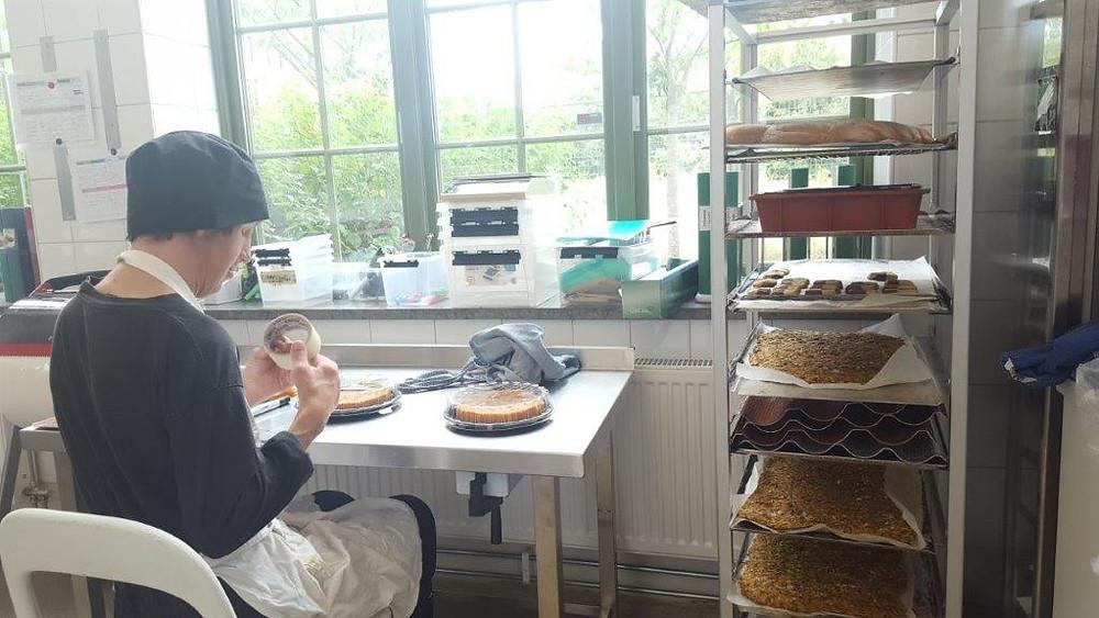 「カフェ・ヒトム」のキッチンで作業する店員=矢作ルンドベリ智恵子撮影