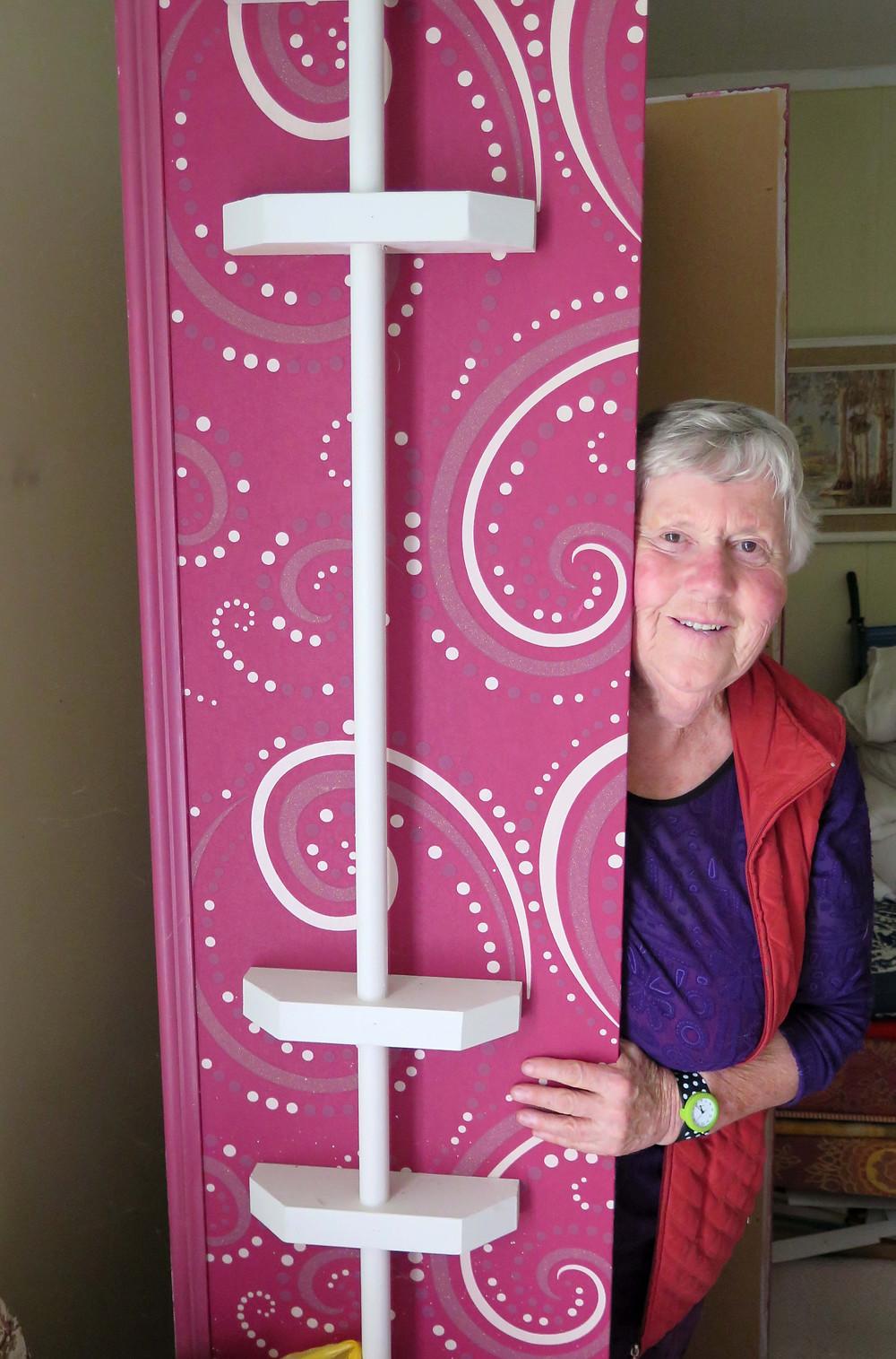 ケイティーさんと自作の棺。バーゲンで見つけた壁紙を張った(C)Kiwi Coffin Club Rotorua