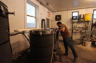 小規模醸造所の「Strong Rope」でビール作りをするサーラー氏=安部かすみ撮影