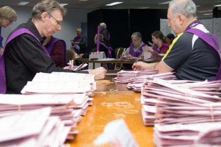 2.大接戦となった7月の総選挙はなかなか勝敗の見通しが立たず、宙ぶらりんの状態の中、郵便投票や在外投票の開票状況が注目された(C)Australian Electoral Commission