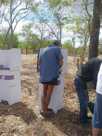 1.屋外に設けられた遠隔地の移動投票所。短パンとサンダル姿で投票する光景がいかにもオーストラリアらしい(C)Australian Electoral Commission
