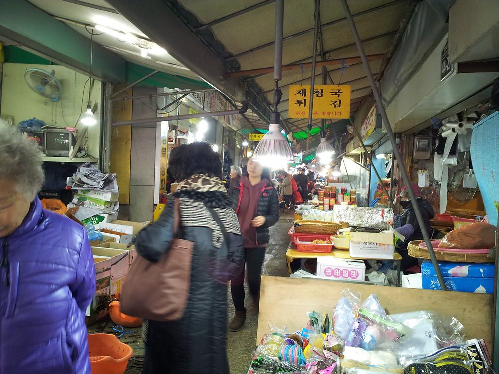多くの買い物客でにぎわう名節を前にした市場。青果など食料品の価格は高騰するのが家計には悩みの種だ=原美和子撮影