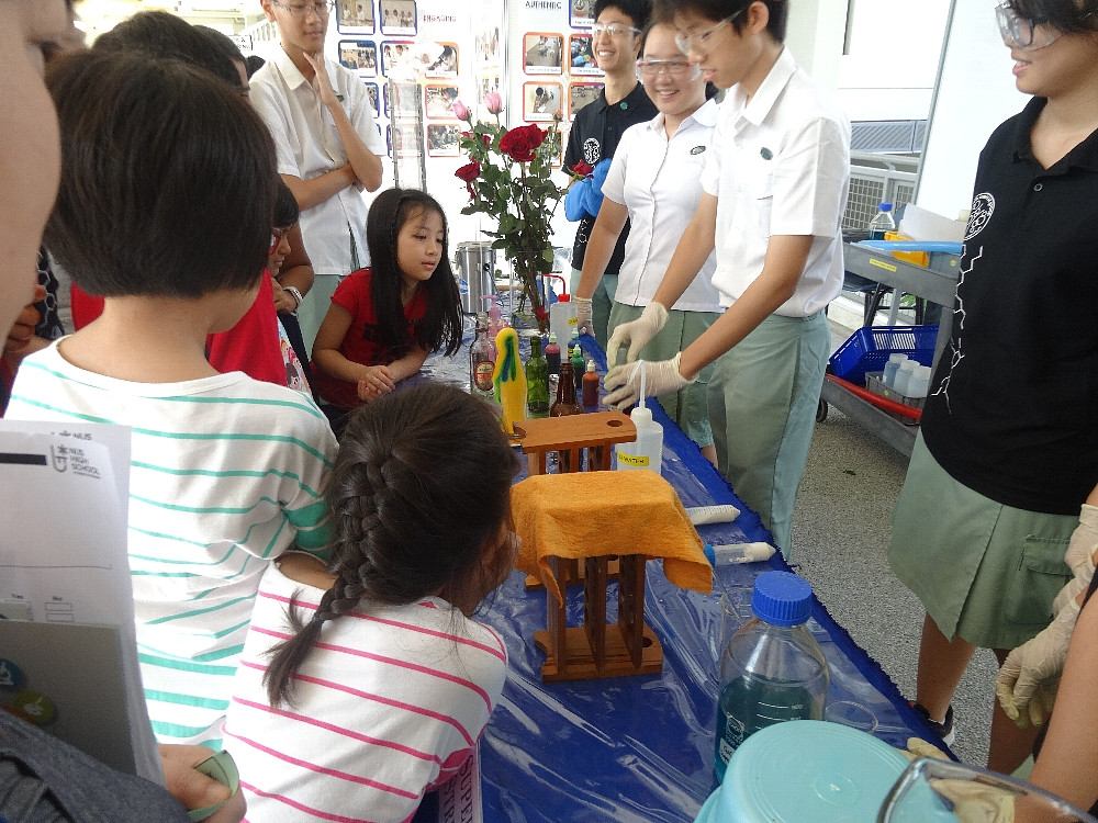 シンガポール国立大学附属理数高等学校のオープンハウスで実験を披露する生徒たち