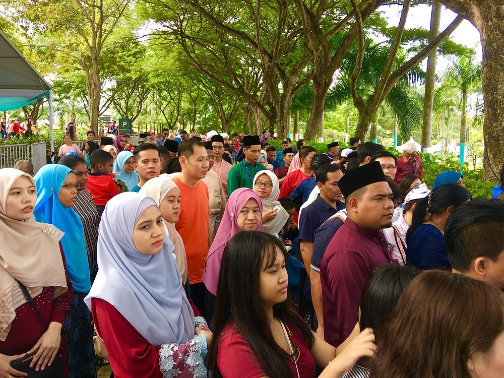 首相公邸で行われた「ハリラヤ」の祭りに集まったマレーシア国民=海野麻実撮影