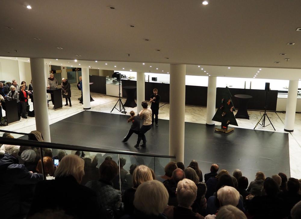 「アドヴェントカレンダー」の様子。この日はダンサーがバレエの制作風景を披露していた=岩本順子撮影