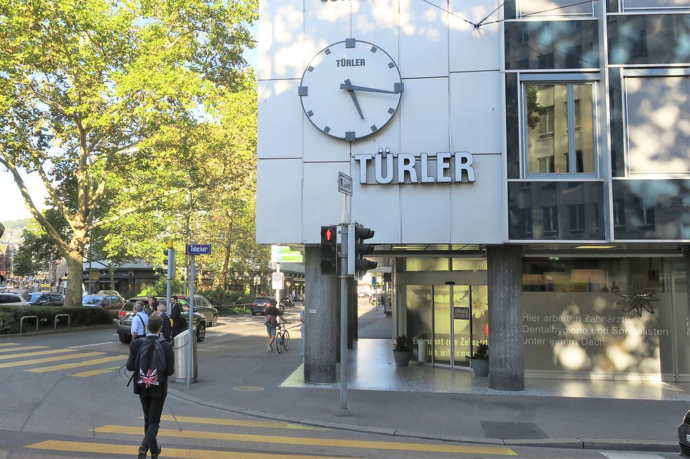 スイスを代表する時計店だった「トューラー」。チューリヒ市内には、いまもトューラーの名を冠した時計がある=トューラー時計宝飾店提供