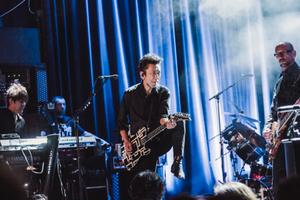 チューリヒのライブで〝足上げステップ〟をする布袋=Photo by Michiko Yamamoto