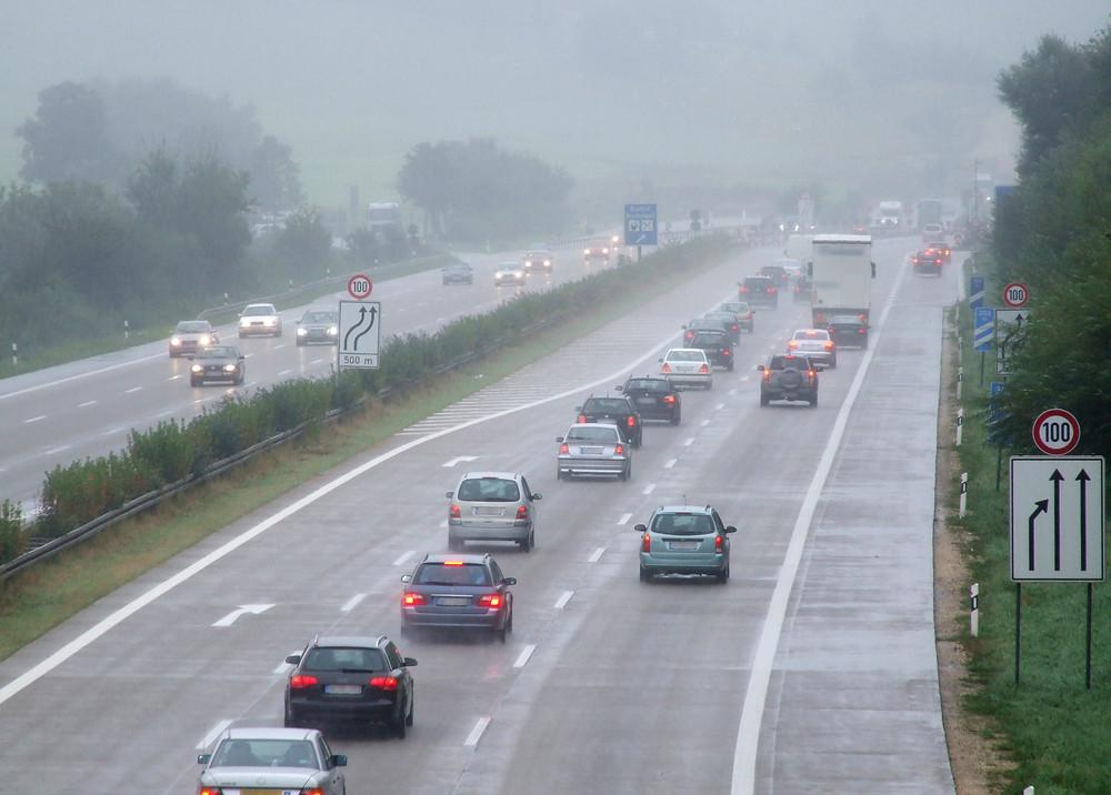 通しの悪い日の運転は危険 (c)RainerSturm / pixelio.de