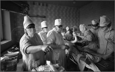 Приемное хирургическое отделение. Дежурная бригада на первичной обработке пострадавшего. Горбольница № 1. Апрель 1978