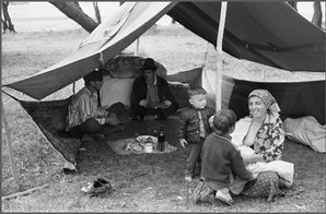 Цыганская семья и гость у хозяина