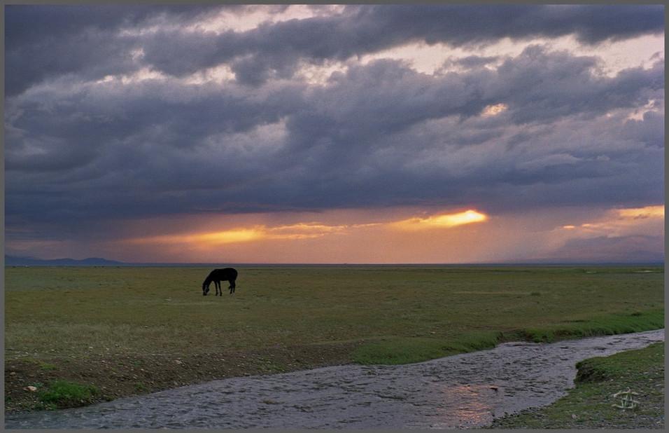 Закат в грозу в Чуйской степи. Горный Алтай. 25.07.2002
