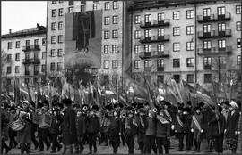 Репетиция школьников перед ноябрьским парадом. Театральная площадь. 4.11.1982