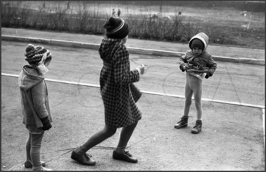 Игры в «резинку». Двор на улице Тольятти. Новокузнецк. 9.05.1985