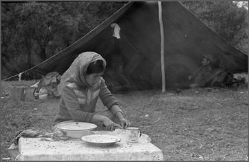 Мужчины в палатке, женщина - на кухне.jpg
