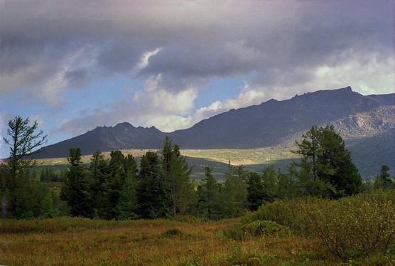 Вид на хребет Тегир-Тыш. Поднебесные Зубья. Хакасия. 29.08.2001