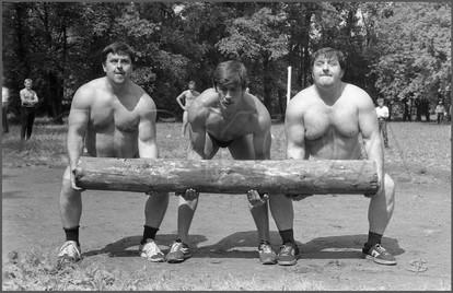Атлеты, мечущие бревно. Станция «Водная». Новокузнецк. 28.06.1987