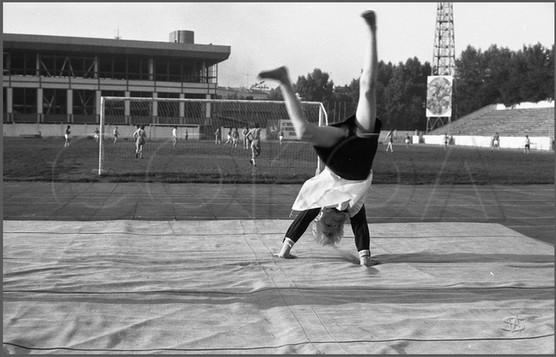Первоклассница после школьной переклички. Стадион «Металлург». Новокузнецк. 28.08.1983