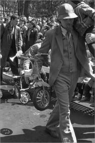 Раздача велосипедов детям-сиротам участниками молодежного фестиваля. Международный день защиты детей. Новокузнецк. 1.06.1985