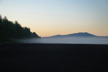 Утренний туман над пашней у горы Бобырган. Горный Алтай. 21.08.2010