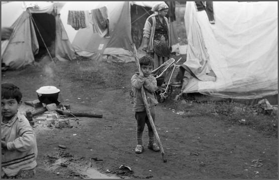 Мальчик с палкой у очага