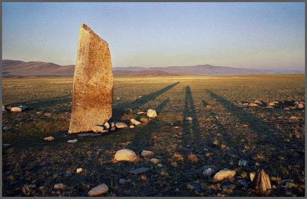 Белый Камень Юстыда на восходе с тенями людей. Чуйская степь