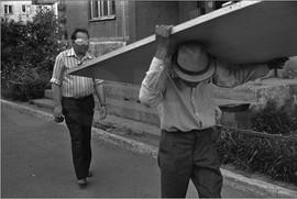 Человек в маске и человек, несущий дверь. Проспект Кузнецкстроевский. Новокузнецк. 16.07.1988