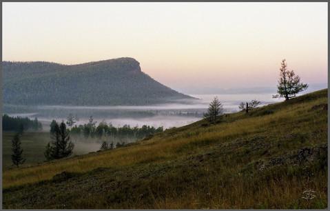 Рассветный туман под горой Све-Тах. Хакасия. 30.08.2004