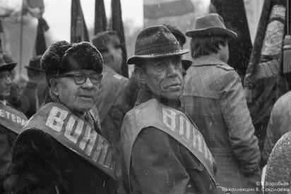 Ветераны под снегом на бульваре Героев. Новокузнецк. 1983