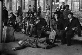 Уставший пассажир, уснувший на асфальте. Автовокзал Новокузнецка. 19.10.1983