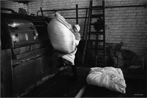 Загрузка белья. Банно-прачечный комбинат на Пионерском проспекте. Новокузнецк. 20.06.1981