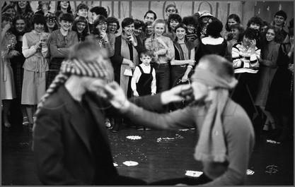 Атракцион с огурцами. Новогодний бал в музыкальном училище. Новокузнецк. 4.10.1986