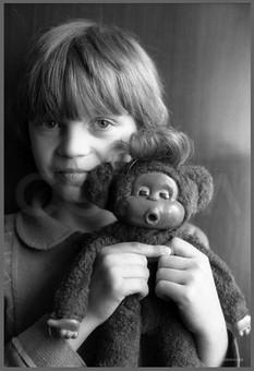 Оля - портрет с куклой «бодя». 24.05.1987