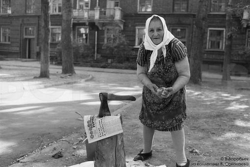 Женщина с суповым набором. Новокузнецк, 1984