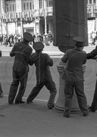 Установка ограждения перед прохождением сводного оркестра по Невскому проспекту