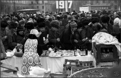 Торговля в «Масленицу» на площади Ленина. Новокузнецк. 10.03.1984