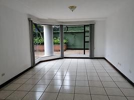 Se renta amplio apartamento con habitacion de servicio en zona 15