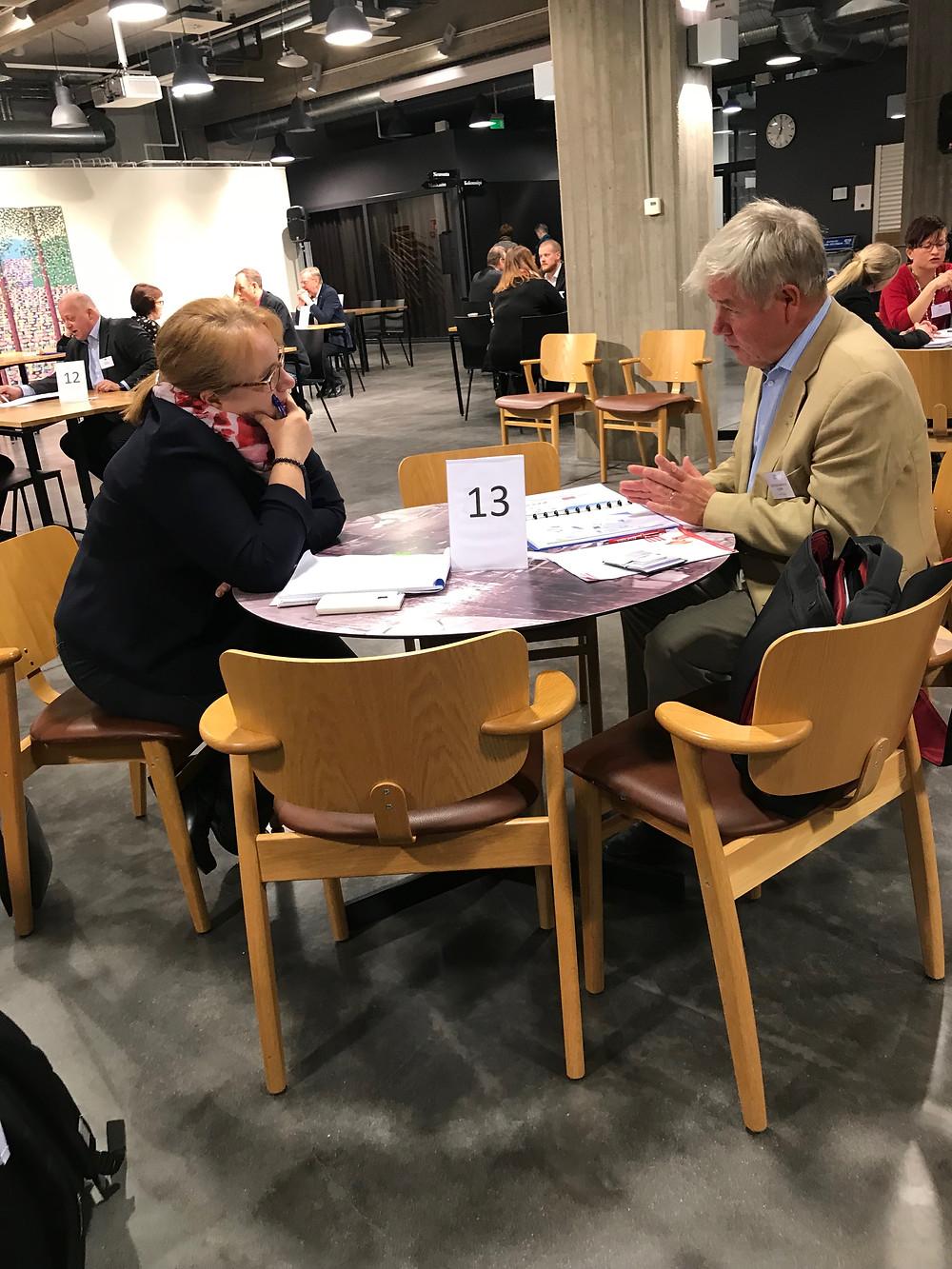 Lopen kunnalta Marita Forsberg keskustelemassa Petri Sipilän kanssa Sote-asioista.