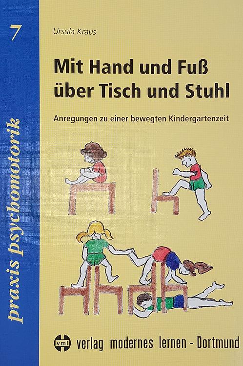 Mit Hand und Fuss über Tisch und Stuhl