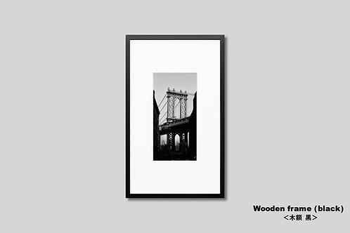 ニューヨーク,橋,写真,インテリア,風景,マンハッタンブリッジ,ダンボ地区,ブルックリン,インテリアフォト,アート,額入り,額装,モノクロ,アートフレーム,フォトフレーム,おしゃれ,モダン,プレゼント,壁掛け,壁飾り,装飾,ウォールアート,新築祝い