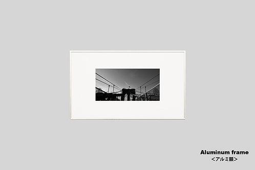 ブルックリンブリッジ,橋,写真,星条旗,ニューヨーク,インテリア,風景,インテリアフォト,アート,額入り,額装,オリジナルプリント,モノクロ,アートフレーム,フォトフレーム,おしゃれ,モダン,プレゼント,壁掛け,壁飾り,ウォールアート,新築祝い